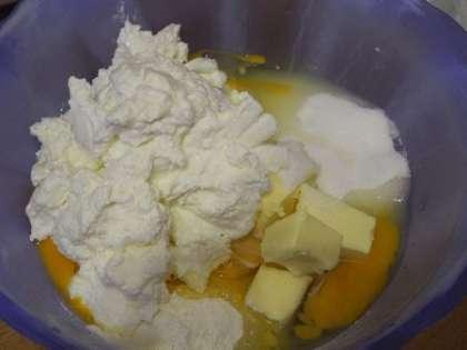Приготовить начинку: смешать 3 яйца, 500 гр.творога, 200 гр.сахара, 1 пакетик ванильного сахара, пудинг и масло