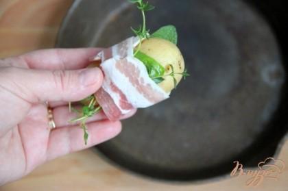 Обернуть каждую картофелину растениями и плотно обвить беконом.
