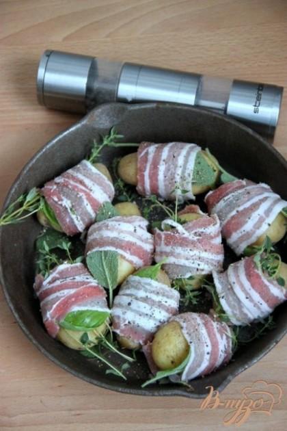 Выложить картофель в антипригарную сковороду и крепко поперчить свежемолотым чёрным перцем  с обеих сторон.