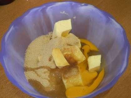 Смешать масло с сахаром и яйца