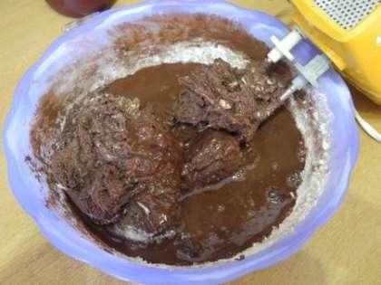 Добавить к смеси растопленный шоколад и перемешать