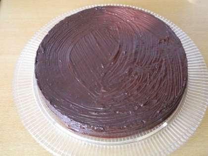 Смазать торт шоколадной глазурью