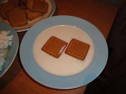 Окунуть печенье с двух сторон в теплое молоко