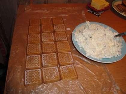 Выложить печенье на пакет. Смешать творог и творожную массу