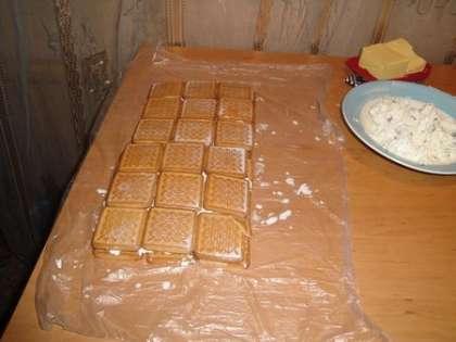 Выложить оставшееся печенье, вымоченное в молоке, на творожную массу