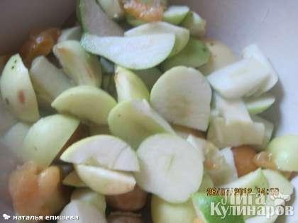 Яблоки и груши помыть, нарезать, добавить для цвета немного абрикосов, из которых удалить косточки.