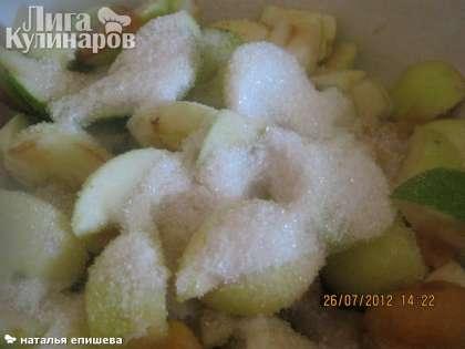 Засыпать фрукты сахаром, кожицу снимать не нужно. Если яблоки сладкие, то сахара можно положить меньше, чем 1 : 3.