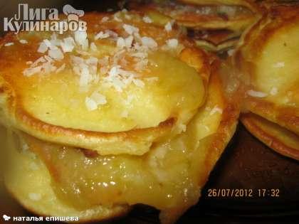 """Такое яблочное пюре """"Неженка"""" можно есть с творогом, добавлять в бисквитные рулеты, в зефир. На фото оладьи с пюре.  Приятного аппетита!"""
