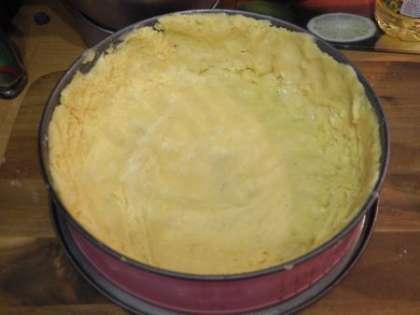 Смазать форму маслом и выложить тесто по форме для выпекания
