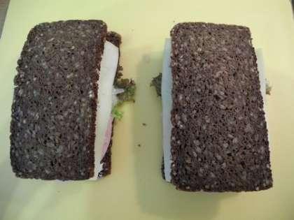 Закрыть сверху ломтиками хлеба