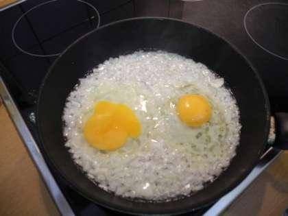 Разбить на сковороду яйца, посолить