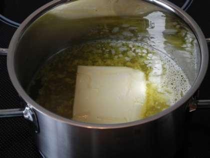 В кастрюлю налить воду, положить масло и растопить