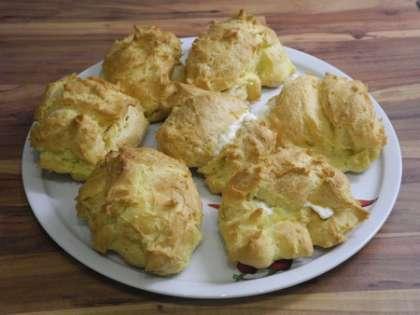 Начинить пирожные кремом с помощью кондитерского шприца или тонкой ложки