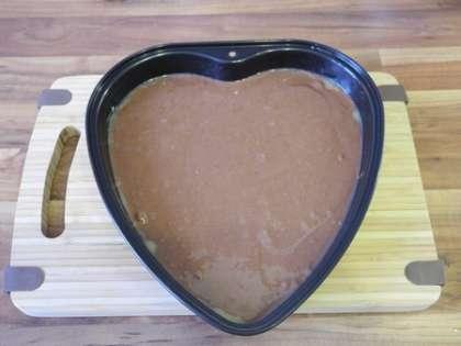Форму для выпекания разогреть, смазать маслом и вылить 1/3 теста. Поставить в духовку
