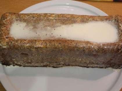 Перевернуть кекс на тарелку и смазать соусом