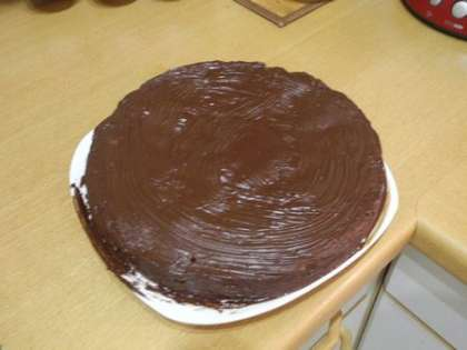 Смазать торт сверху и по бокам растопленным, черным шоколадом