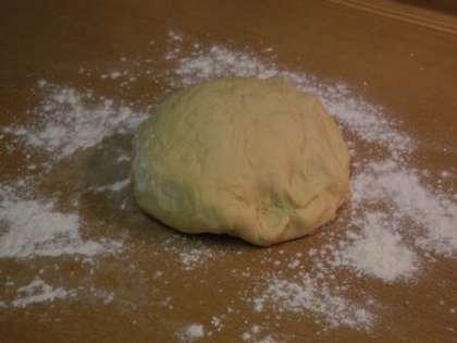 Замесить тесто, чтобы оно не приставало к рукам