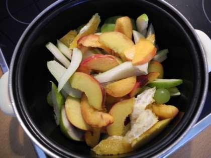 Сложить фрукты в глубокую кастрюлю