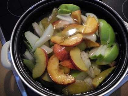 Залить фрукты водой и поставить на огонь.