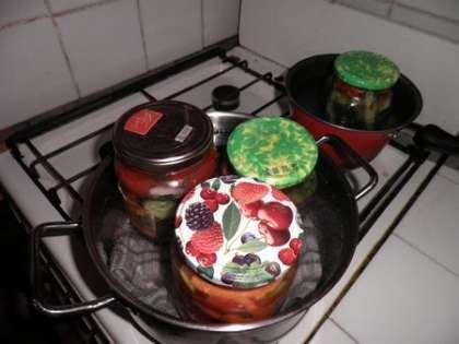 Стерилизовать банки с салатом