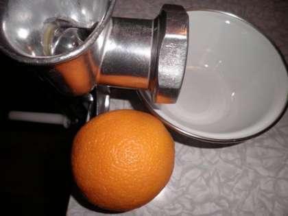 1 апельсин вместе с кожурой пропустить через мясорубку