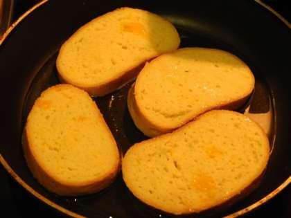Порезать батон, окунуть кусочки в молочно-яичную смесь. На горячую сковороду налить масло и выложить ломтики батона. Обжарить с каждой стороны по одной минуте на среднем огне.