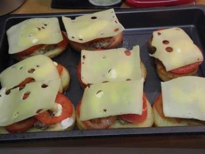 Закрыть каждый бутерброд кусочком сыра и посыпать перцем.