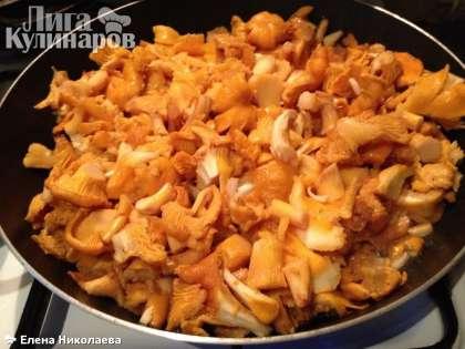 На разогретую сковороду наливаем масло. Выкладываем грибы, солим по вкусу. Пока грибы тушатся в собственном соку на достаточно сильном огне, чистим и режем мелко лук    В это время количество жидкости в грибах уменьшилось более чем наполовину. Выкладываем туда лук и добавляем кусочек сливочного масла