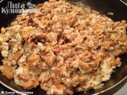 Тушим под крышкой на небольшом огне минут максимум 10 минут, не допуская пригорания грибов. Поперчить грибы по вкусу после выключения огня.