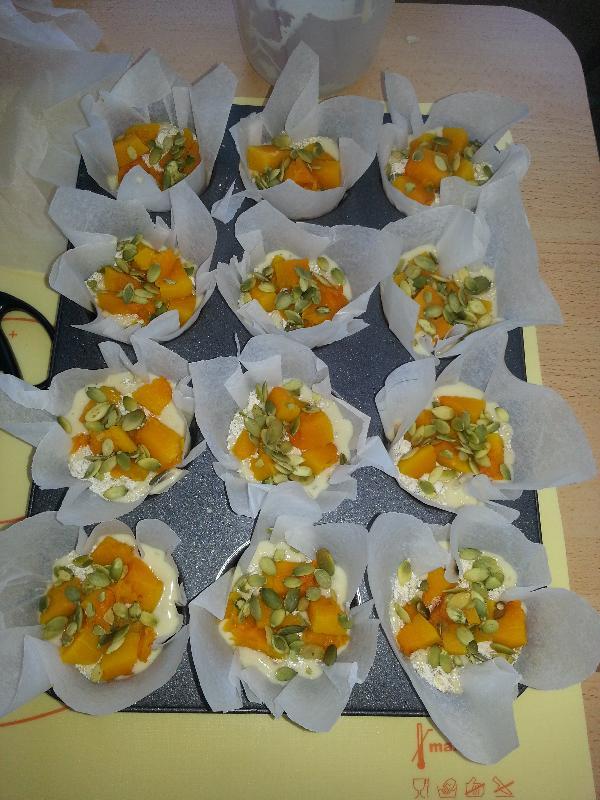 Разлить тесто по формам, посыпать кексы  сверху тыквой, овсянкой и тыквенными семечками. По идеи должно получиться вот так.
