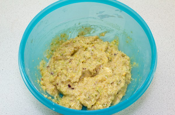 Теперь готовим ореховую начинку. Измельчаем в блендере фисташки. Миндаль заливаем кипятком и оставляем на 10 минут. После этого очищаем кожицу и ставим на 5-6 минут подсушиться в духовку, разогретую до 50⁰С. Остывший миндаль также измельчаем в блендере.  Взбиваем оставшееся масло (50 гр.) с сахарной пудрой, добавляем яйцо, крахмал и орехи.