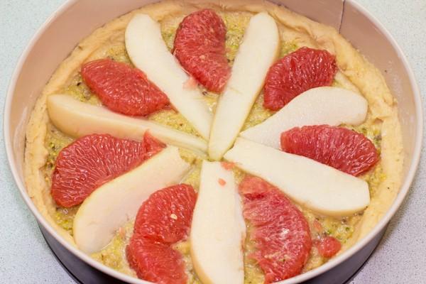 Грушу чистим и нарезаем дольками. Грейпфрут чистим,  удаляя все пленочки. На начинку кладем груши и грейпфрут.