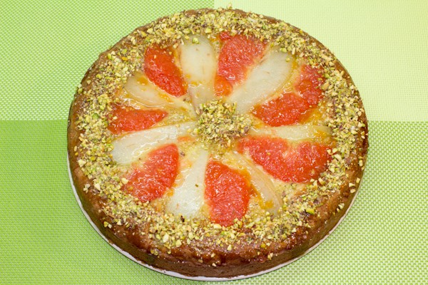 Джем абрикосовый разбавляем 1 ст.л. воды, доводим до кипения и смазываем им наш пирог. Украшаем фисташками.