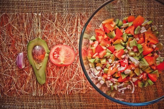 Сначала я мелкими кусочками нарезала помидоры, авокадо и лук шалот.    *Надо сказать, что авокадо надо выбирать тщательно и прощупывать, чтобы не оказалось так, что ваш салат получился с кусочками безвкусной редьки.