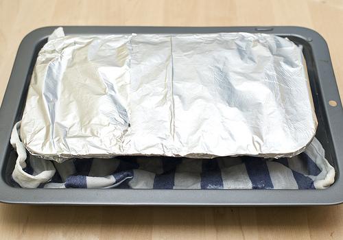 Разогреваем духовку до 150 градусов. Покрываем террин фольгой и помещаем форму на глубокий противень, выстланый полотенцем. Вливаем в противень горячую воду, так чтобы форма с террином была погружена на 2/3. Печем в духовке 60 -75 минут.