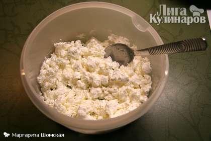 Возьмем сухой творог (проще всего найти такой в пачках), выложим в миску, добавим сахар и перемешаем.