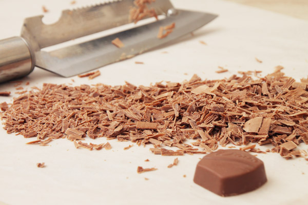 Молочный шоколад натереть на тёрке или взять готовую декоративную стружку.