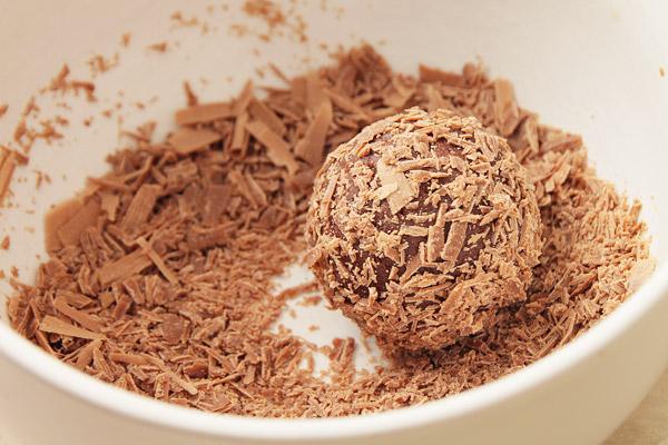 Шоколадную стружку положить в небольшую салатницу и покатать там конфету, чтобы стружка полностью её покрыла.