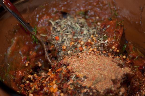 Для смазывания основы пиццы изготовил следующую смесь. Растопил немного сливочного масла, добавил маленькую баночку (или половинку) томатной пасты, приправы, перец, соль (не переборщите), а так же положил часть зелени.