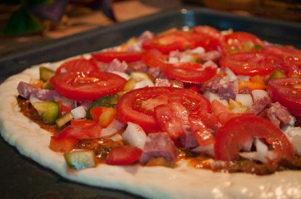 Выложить приготовленные овощи и колбасу
