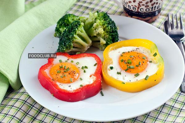 Подавайте яичницу горячей, на завтрак просто идеально!