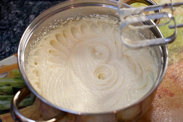 Размягченное масло хорошо взбить миксером с сахаром/пудрой. Правда хорошо взбить.  В иностранных рецептах используют очень меткое выражение