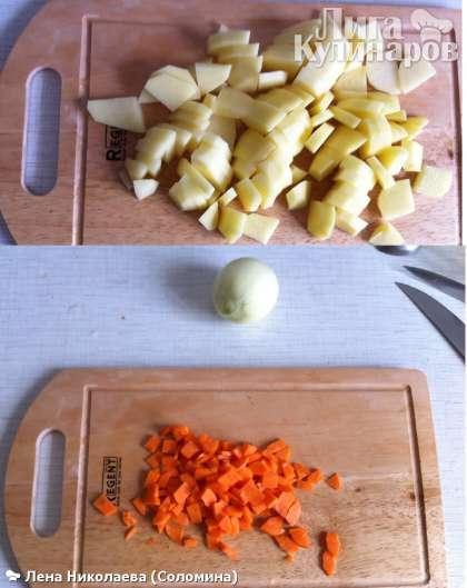Почистить картофель, морковь, нарезать кубиками. Выложить картофель и мясо в суп, добавить перец горошком и лавровый лист.  Порезать соломкой капусту и добавить в суп.