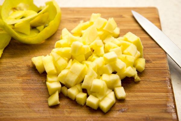 Яблоко нарезать мелким кубиком.