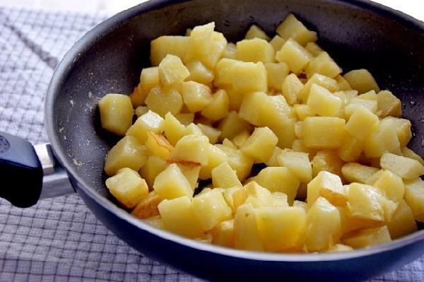 Картофель нарезать кубиками и обжарить в растительном масле до готовности(отставить отдельно).