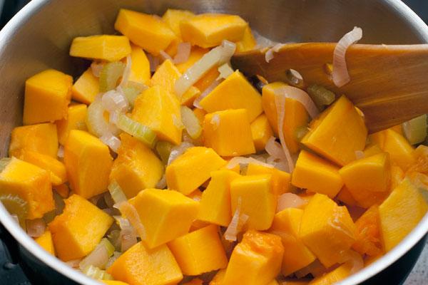 Положите тыкву в кастрюлю, перемешайте и тушите 20-30 минут, пока овощи не станут мягкими.