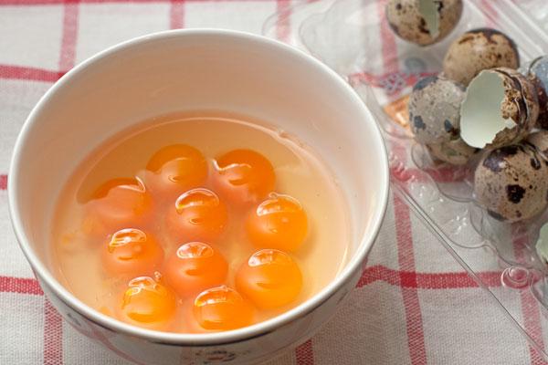 Вымойте яйца теплой водой, оботрите и аккуратно разбейте их в миску. Это нужно, чтобы все яйца приготовились равномерно.