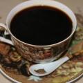 Готовый напиток процедите через мелкое ситечко в кофейную кружку и можете наслаждаться вкусным и ароматным напитком.