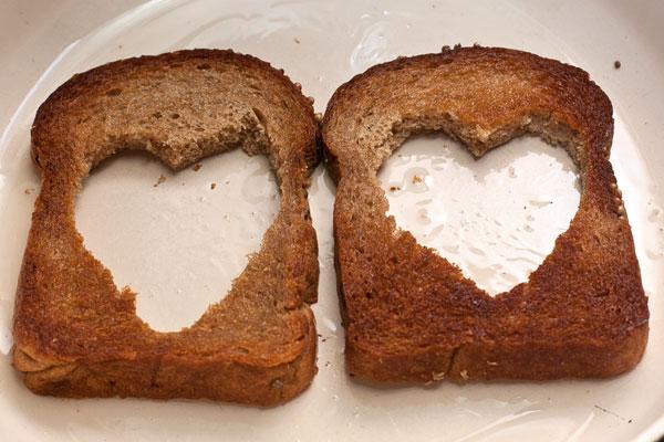 На вытопившемся жире поджарьте хлеб с одной стороны, затем переверните кусочки.