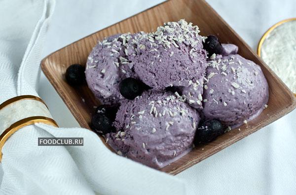 Перед подачей подержите мороженое в холодильнике полчаса, разложите  по тарелкам и подавайте. Можно украсить мороженое ягодами, кокосовой стружкой, взбитыми сливками или полейте вареньем.